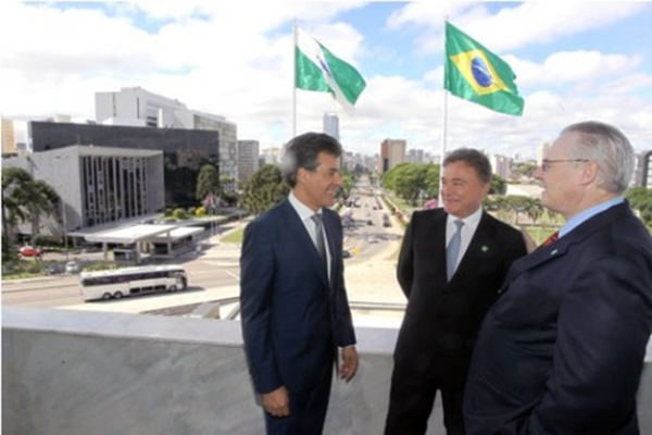 Senador é homenageado no Paraná