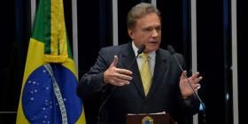 """""""A montanha pariu um rato"""", diz Alvaro Dias sobre o pacote de medidas do governo Dilma"""