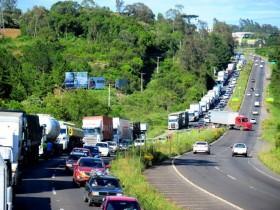 Críticas ao governo por tentar associar manifestação de caminhoneiros a mero ato político