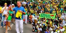Alvaro Dias participa de manifestação em Brasília