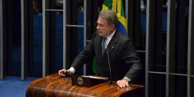 Senado rasgou a Constituição e provocou desesperança na população, afirma Alvaro Dias