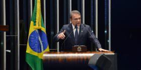 Brasil gasta dez vezes mais com juros da dívida pública do que com saúde e educação, alerta Alvaro Dias
