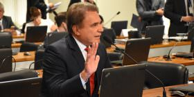 CCJ adia votação da PEC do foro, e Alvaro Dias rebate manobras protelatórias