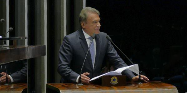 """""""Manter o foro privilegiado é continuar a rasgar diariamente a Constituição"""", afirma Alvaro Dias"""