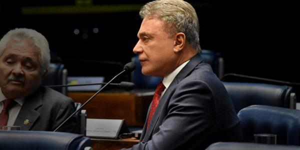 PEC do foro privilegiado precisa ser votada antes que processos prescrevam, alerta Alvaro Dias